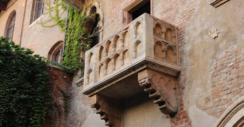 balcony-2984316_1920
