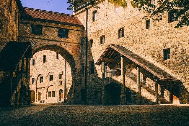 castle-4509080_640